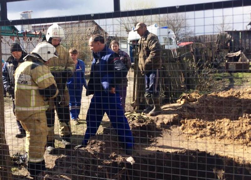 В Брасовском районе пожарные-спасатели оказали помощь мужчине, упавшему в глубокую яму